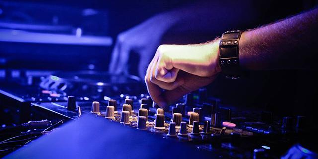 photo-dj-mix-club-hand_s